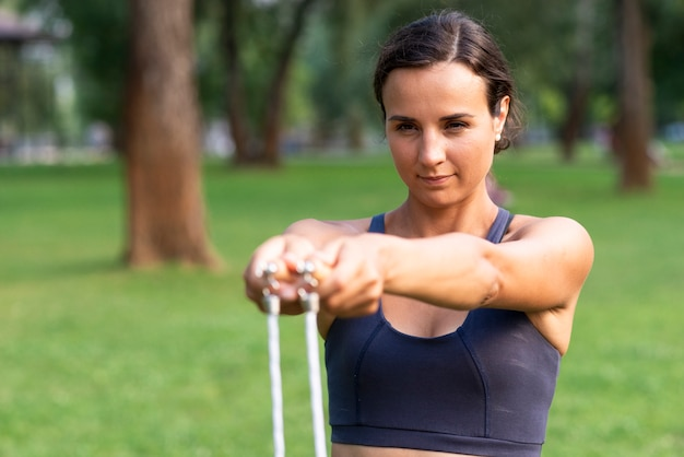 Donna del tiro medio con la corda di salto