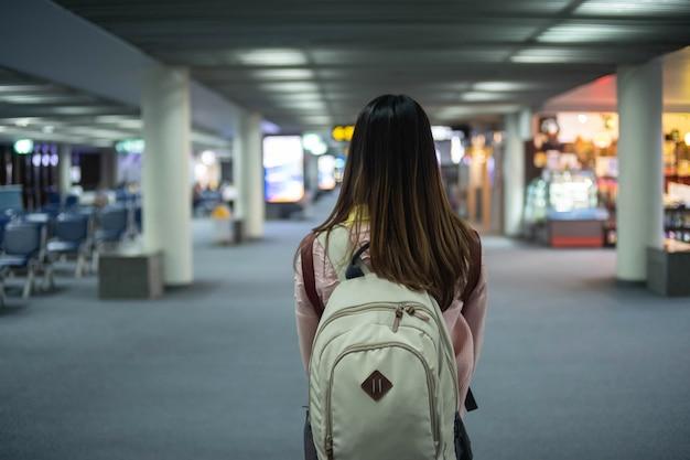 Donna del viaggiatore con lo zaino all'aeroporto. concetto di viaggio