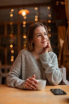 Donna dell'angolo alto al ristorante