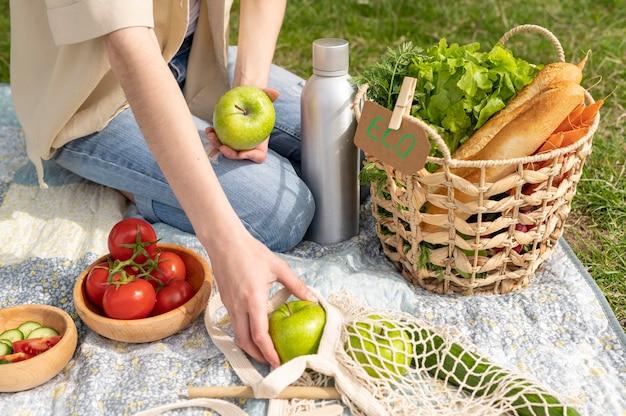 Donna dell'angolo alto che ha picnic
