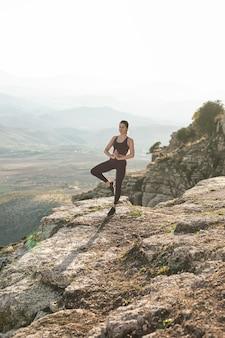 Donna dell'angolo alto che meditating