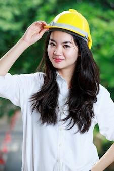 Donna dell'ingegnere professionista con il cappello duro