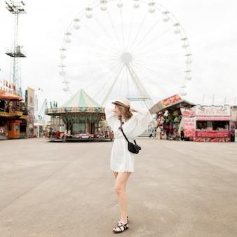 Donna della foto a figura intera al parco di divertimenti
