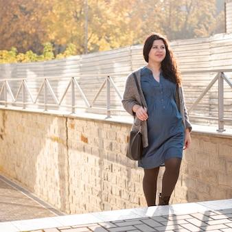 Donna della foto a figura intera che cammina sulle scale