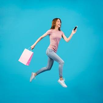 Donna della foto a figura intera che funziona con il telefono