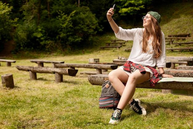 Donna della foto a figura intera che prende selfie