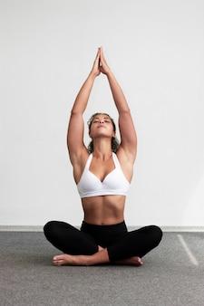 Donna della foto a figura intera che si rilassa con le gambe attraversate