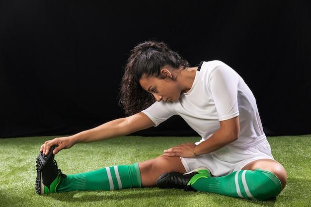 Donna della foto a figura intera nell'allungamento degli abiti sportivi