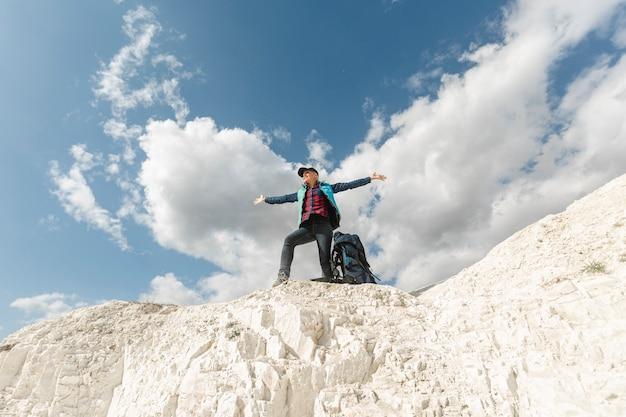 Donna della possibilità remota che esplora all'aperto