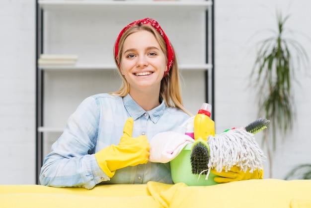 Donna delle pulizie che mostra segno giusto