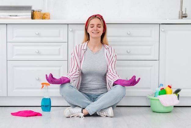 Donna delle pulizie in pausa dalla pulizia