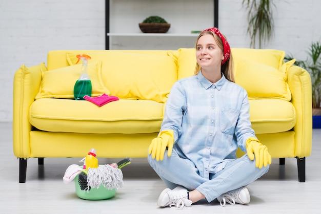 Donna delle pulizie in pausa dopo il lavoro
