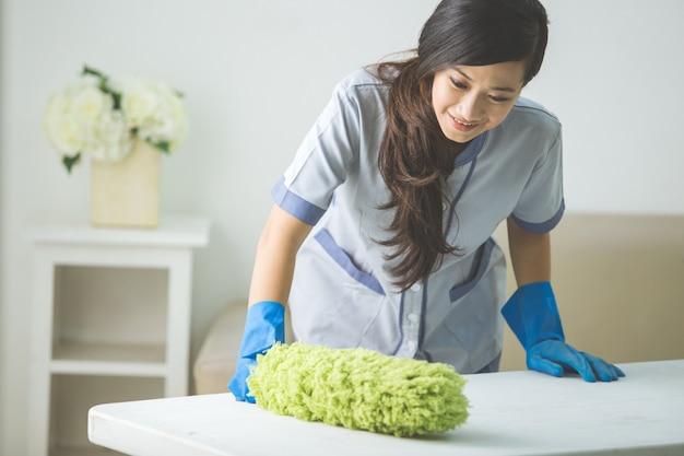 Donna delle pulizie più pulita con spolverino