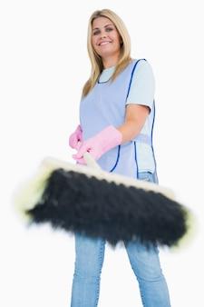 Donna delle pulizie scopare