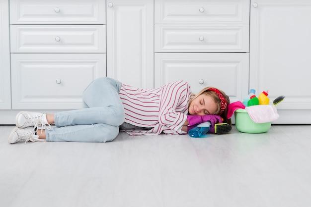Donna delle pulizie seduto sul pavimento