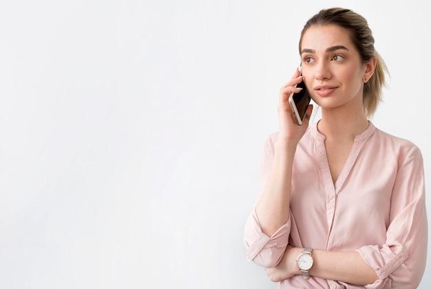 Donna dello copia-spazio che parla sopra il telefono