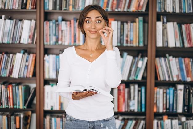 Donna dello studente che studia alla biblioteca