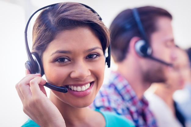 Donna di affari abbastanza sorridente che lavora in un call center
