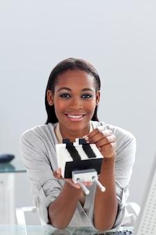 Donna di affari afroamericana che cerca l'indice