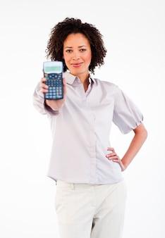 Donna di affari afroamericana che tiene un calcolatore