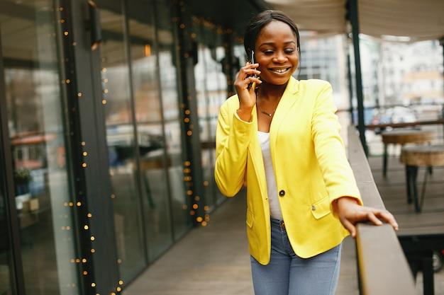 Donna di affari alla moda che lavora in un ufficio