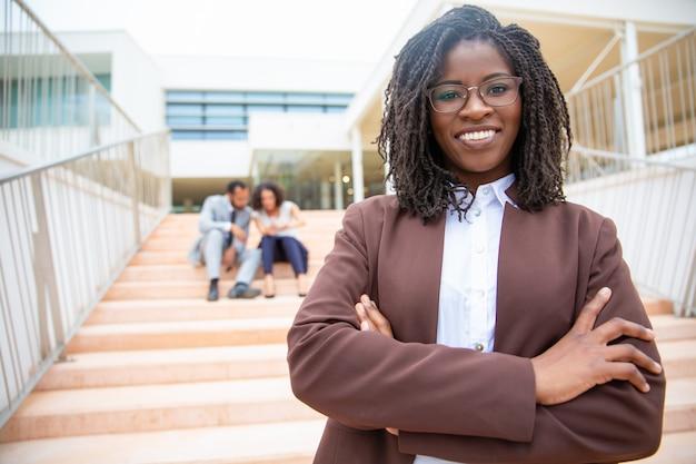 Donna di affari allegra dell'afroamericano