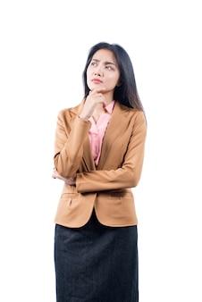 Donna di affari asiatica che pensa qualcosa