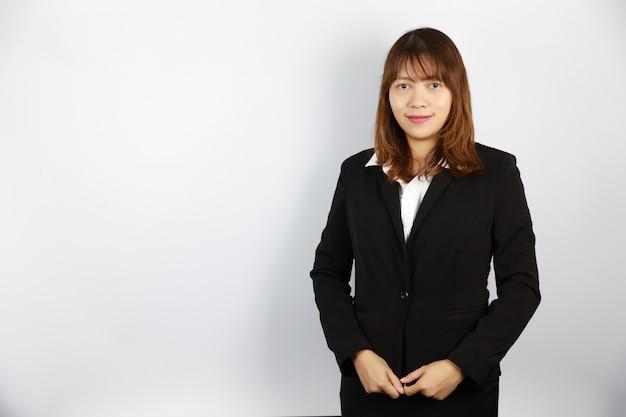 Donna di affari asiatica con il fronte sicuro su bianco