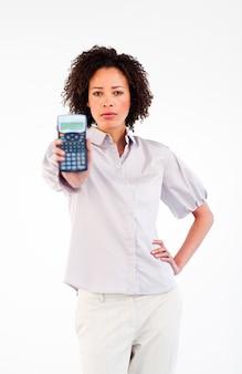 Donna di affari castana sicura che tiene un calcolatore
