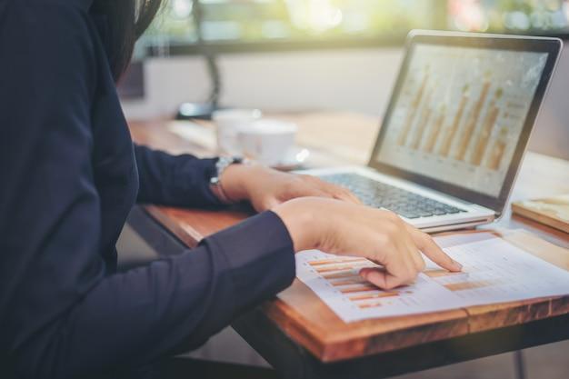 Donna di affari che analizza insieme i dati nel lavoro di squadra per progettazione e nuovo progetto di partenza