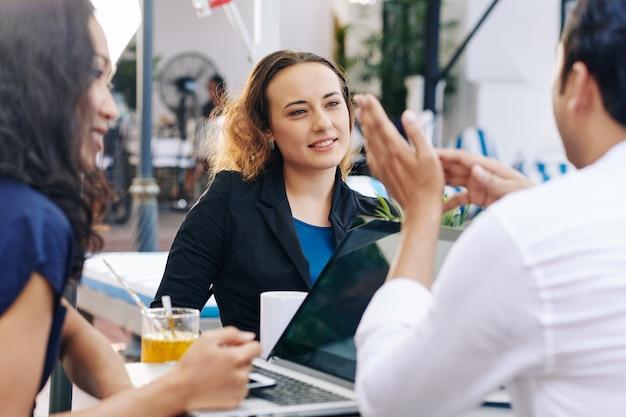 Donna di affari che ascolta le idee del collega