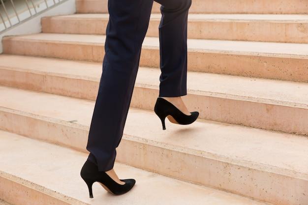 Donna di affari che cammina di sopra