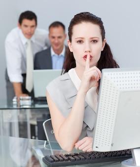 Donna di affari che chiede il silenzio nell'ufficio