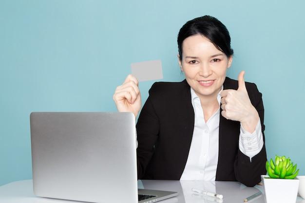 Donna di affari che compra online