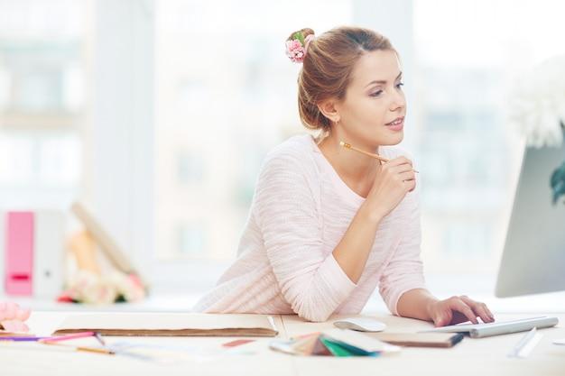 Donna di affari che comunica con il partner