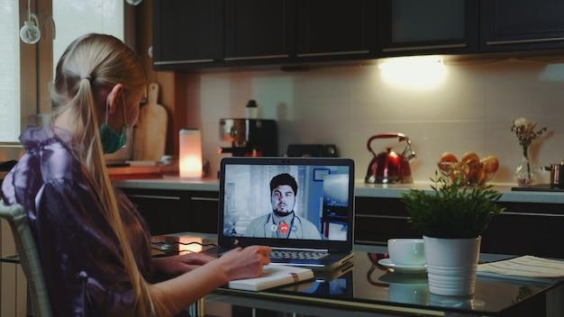 Donna di affari che effettua videochiamata ad un medico e che ottiene consultazione medica da casa