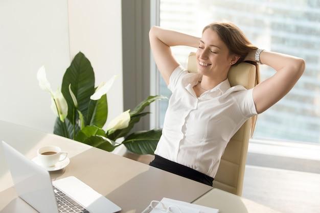 Donna di affari che ha sentimenti positivi sul lavoro