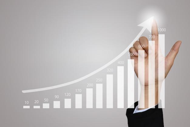 Donna di affari che indica al grafico di crescita per l'affare.