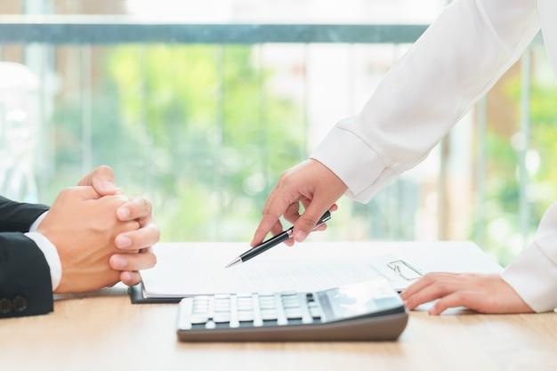 Donna di affari che indica un posto in cui dovrebbe firmare l'accordo di occupazione