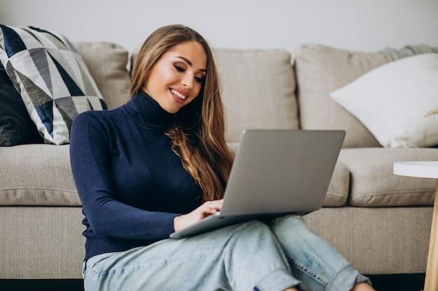 Donna di affari che lavora al computer portatile a casa