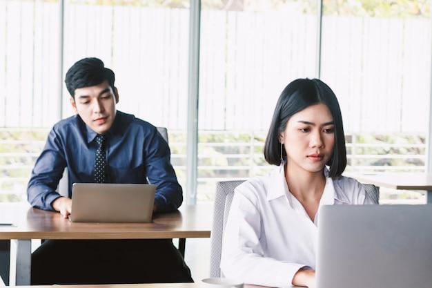 Donna di affari che lavora al computer portatile e documento di affari all'ufficio
