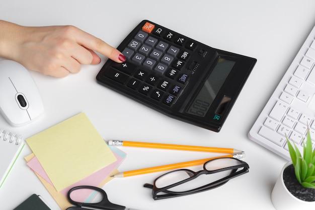Donna di affari che lavora con i dati finanziari