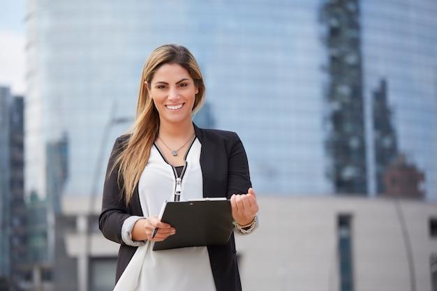 Donna di affari che lavora fuori dell'edificio per uffici