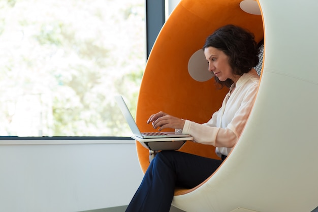 Donna di affari che lavora nello studio di realtà virtuale