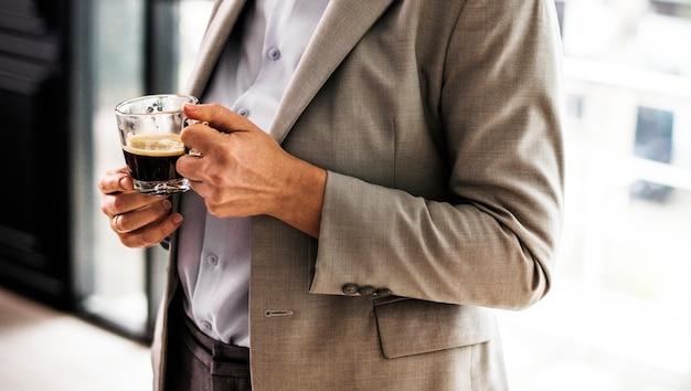 Donna di affari che mangia una tazza di caffè