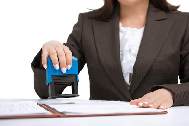 Donna di affari che mette il timbro sui documenti. sfondo bianco isolato