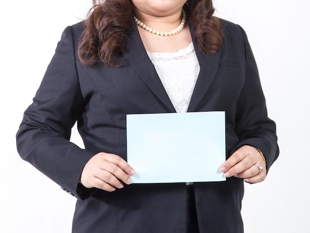Donna di affari che mostra un foglio bianco in bianco. concetto per il business