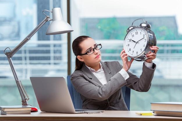 Donna di affari che non riesce ad incontrare le sue scadenze nel concetto di affari