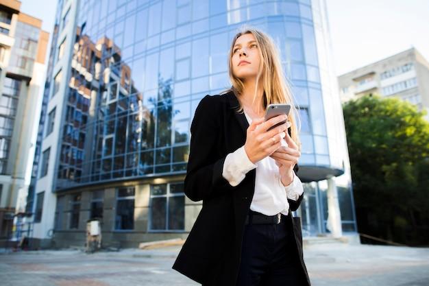 Donna di affari che osserva via il colpo di angolo basso
