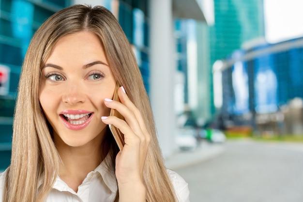Donna di affari che parla sul suo telefono cellulare